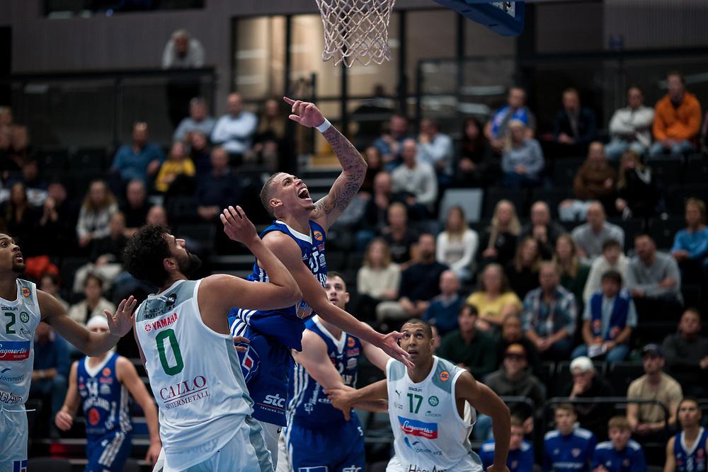 ÖSTERSUND 20210924<br /> Jämtlands Pierre Hampton kämpar under korgen under fredagens match i Basketligan mellan Jämtland Basket och Nässjö Basket i Östersunds Sporthall<br /> <br /> Foto: Per Danielsson/Projekt.P