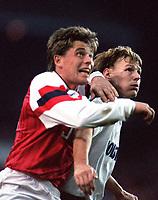 Fotball<br /> Norske spillere i England<br /> Foto: Colorsport/Digitalsport<br /> NORWAY ONLY<br /> <br /> Pål Lydersen (Arsenal) Teddy Sheringham (Spurs) Tottenham Hotspur v Arsenal. 12/12/92.