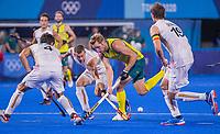 TOKIO -  Daniel Beale (Aus) met John-John Dohmen (Bel) tijdens de hockey finale mannen, Australie-Belgie (1-1), België wint shoot outs en is Olympisch Kampioen,  in het Oi HockeyStadion,   tijdens de Olympische Spelen van Tokio 2020. COPYRIGHT KOEN SUYK