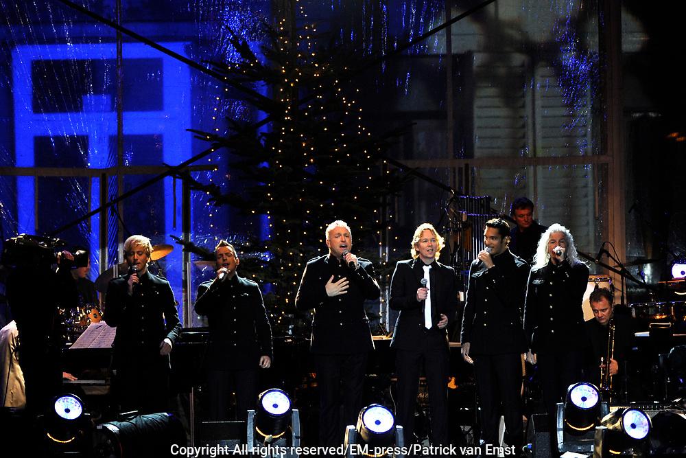 KRO Kerststerren 2011 opgenomen in de tuin voor Paleis Soestdijk De opnamen zijn voor  KRO Kerststerren en KRO Nieuwsjaarssterren.<br /> <br /> Op de foto:  LA The Voices met Gordon  met Martin Buitenhuis