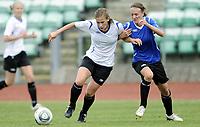Fotball<br /> Norge<br /> 04.05.2011<br /> Foto: Morten Olsen, Digitalsport<br /> <br /> Trening Norge A kvinner<br /> Nadderud Stadion<br /> Internkamp - Norge Blå mot Norge Hvit<br /> <br /> Madeleine Giske (W)<br /> Gry Tofte Ims (B)