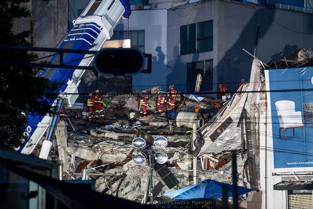 Soccorritori spagnoli al sesto giorno di ricerche. L'edificio di calle Obregon rappresenta uno dei luoghi piu' tragici.