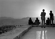 Griekenland, Athene, 17-9-1973, Toeristen zitten op de rand van de acropolis te kijken van de prachtige zonsondergang boven athene . Foto: ANP/ Hollandse Hoogte/ Flip Franssen