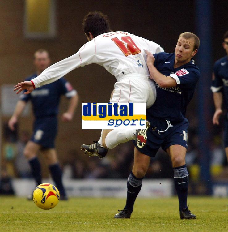 Photo: Chris Ratcliffe.<br />Southend United v Brentford. Coca Cola League 1. 14/01/2006.<br />Luke Guttridge (R) of Southend can't stop Sam Tillen of Brentford getting past.