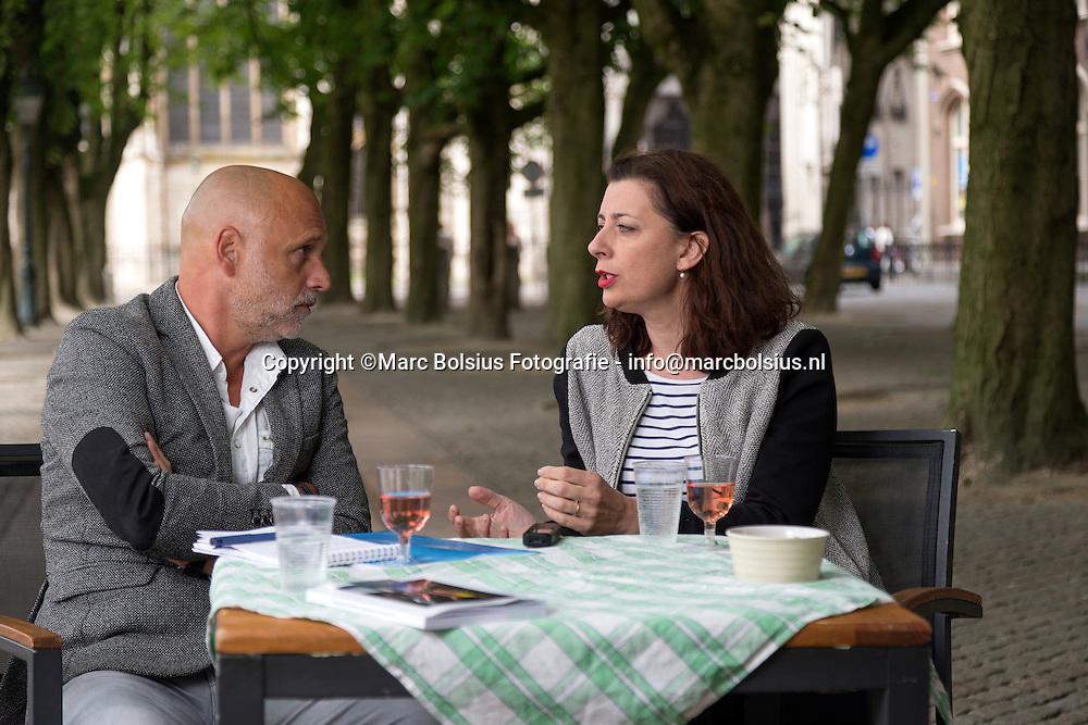 Nederland, Den bosch,Theo van de Zande in gesprek met directeur van Festival Boulevard Viktorien van Hulst op de parade