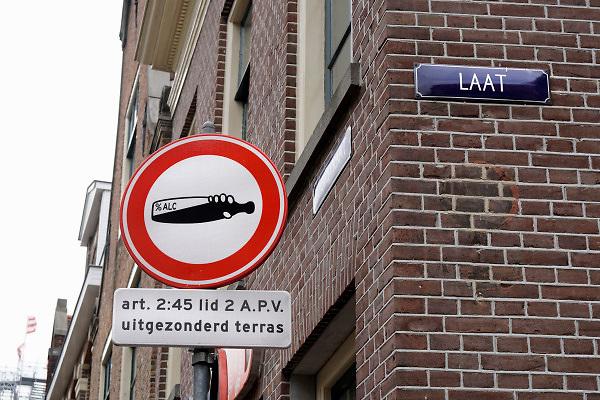 Nederland, Alkmaar, 29-8-2018In de binnenstad van Alkmaar geldt een drankverbod , alkoholverbod, op straat. In het uitgaansgebied mogen bezoekers van de horeca dus niet op straat drinken . Terrassen zijn uitgezonderd . Gemeentelijke verordening, apv, algemene plaatselijke verordening .Foto: Flip Franssen