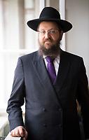 DEU, Deutschland, Germany, Berlin, 03.08.2020: Portrait von Rabbiner Yehuda Teichtal, Gemeinderabbiner der Jüdischen Gemeinde zu Berlin und Vorsitzender von Chabad Berlin.