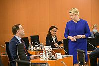 07 OCT 2020, BERLIN/GERMANY:<br /> Jens Spahn (L), CDU, Bundesgesundheitsminister, und Franziska Giffey (R), SPD, Bundesfamilienministerin, im Gespraech, vor Beginn der Kabinettsitzung, Internationaler Konferenzsaal, Bundeskanzleramt<br /> IMAGE: 20201007-01-014<br /> KEYWORDS: Sitzung, Kabinett, Gespräch