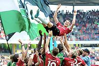 Schlussjubel zum Abschied von Artur Sobiech (Hannover) auf den Schultern seiner Mitspieler<br /> Hannover, 14.05.2017, Fussball 2. Bundesliga, Hannover 96 - VfB Stuttgart 1:0<br /> <br /> Norway only
