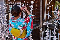 Japon, île de Honshu, région de Kansaï, Kyoto, Gion, ancien quartier des Geishas, Yasaka temple, jeunes femmes en kimono faisant une ofrande // Japan, Honshu island, Kansai region, , Kyoto, Gion, Geisha former area, Yasaka temple, young woman in kimono making offering