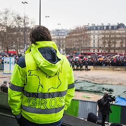 """Cortège et rassemblement de manifestants """"foulards rouges"""" sur un trajet reliant Nation à Bastille dans le cadre du mouvement des foulards rouges soutenant l'action du gouvernement le 27 janvier 2019 à Paris. Dispositif de sécurisation constitué en majorité de gendarmes mobiles."""