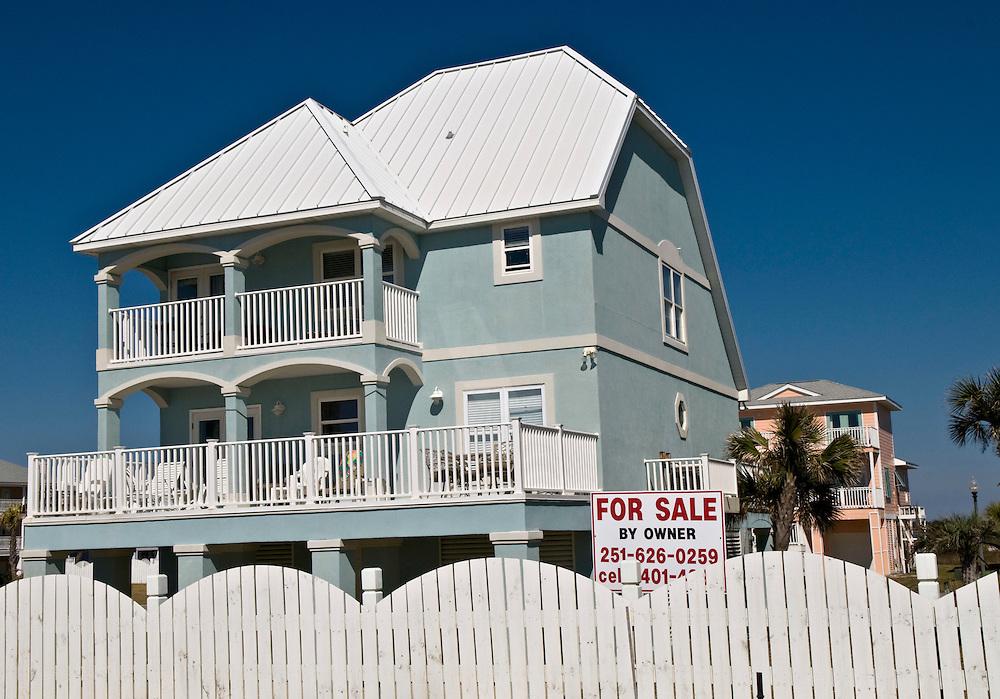 USA, Vereinigte Staaten von Amerika, 2008, Ausgelöst durch die Bankenkrise in den USA stehen viele  Privathaesuer in den USA, wie  hier in Pensacola, Florida zum Verkauf an   |  USA United States of America ,  Florida, Pensacola,Real estate market  house for sale by owner