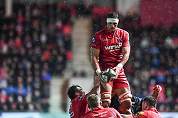 Scarlets' Aaron Shingler claims the lineout - Mandatory by-line: Craig Thomas/Replay images - 26/12/2017 - RUGBY - Parc y Scarlets - Llanelli, Wales - Scarlets v Ospreys - Guinness Pro 14