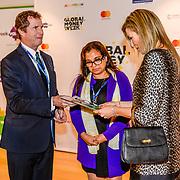 NLD/Amsterdam/20170330 - Koningin Maxima aanwezig bij de Global Money Week, Koningin Maxima neemt een boekje in ontvangst
