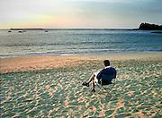 Frankrijk, St. Jean de Luz, 12-9-2004..Vijftiger zit aan het strand bij zonsondergang een boek te lezen. Pensioen, prepensioen, oude dag, ontspanning, rust. VUT, rentenieren...Foto: Flip Franssen/Hollandse Hoogte
