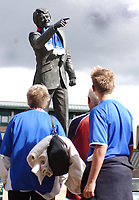 Fotball<br /> England<br /> Foto: SBI/Digitalsport<br /> NORWAY ONLY<br /> <br /> Coca-Cola Championship.<br /> Ipswich Town v  Wolverhampton Wanderers 30/08/2004<br /> <br /> The statue of Sir Bobby Robson out side Ipswich Town football club is decorated with a scarf in the club's colours