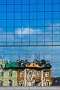 Odbicie w szybie budynku Placu Bohaterów Getta w Krakowie, Polska<br /> Reflection in the glass of the Bohaterów Getta Square in Cracow, Poland