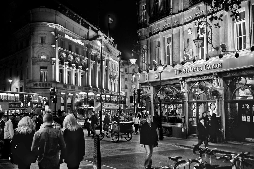 Londyn, 2009-10-23. Londyn nocą, pub St. James Tawern, Windmill Street, Piccadilly