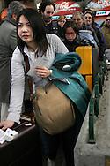 Milano, Stazione Centrale: Pendolari in fila per obliterare il biglietto.Milan, Central Station: Commuters line up to punch their ticket