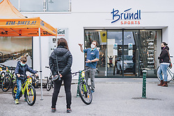 THEMENBILD - Mitarbeiter eines Fahrradgeschäftes mit Kunden während der Coronavirus Pandemie. Ab heute sperren zahlreiche Handelsgeschäfte nach dem einmonatigen Shutdown wieder auf. Zell am See Kaprun am Dienstag 14. April 2020. // Employee of a bicycle shop with customers during the World Wide Coronavirus Pandemic. Starting today, many shops will re open after the one-month shutdown in Kaprun, Austria on 2020/04/14. EXPA Pictures © 2020, PhotoCredit: EXPA/ JFK
