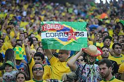 Torcedores criticam a corrupção política durante a partida entre Brasil e Croácia, na abertura da Copa do Mundo 2014, na Arena Corinthians, em São Paulo. FOTO: Jefferson Bernardes/ Agência Preview