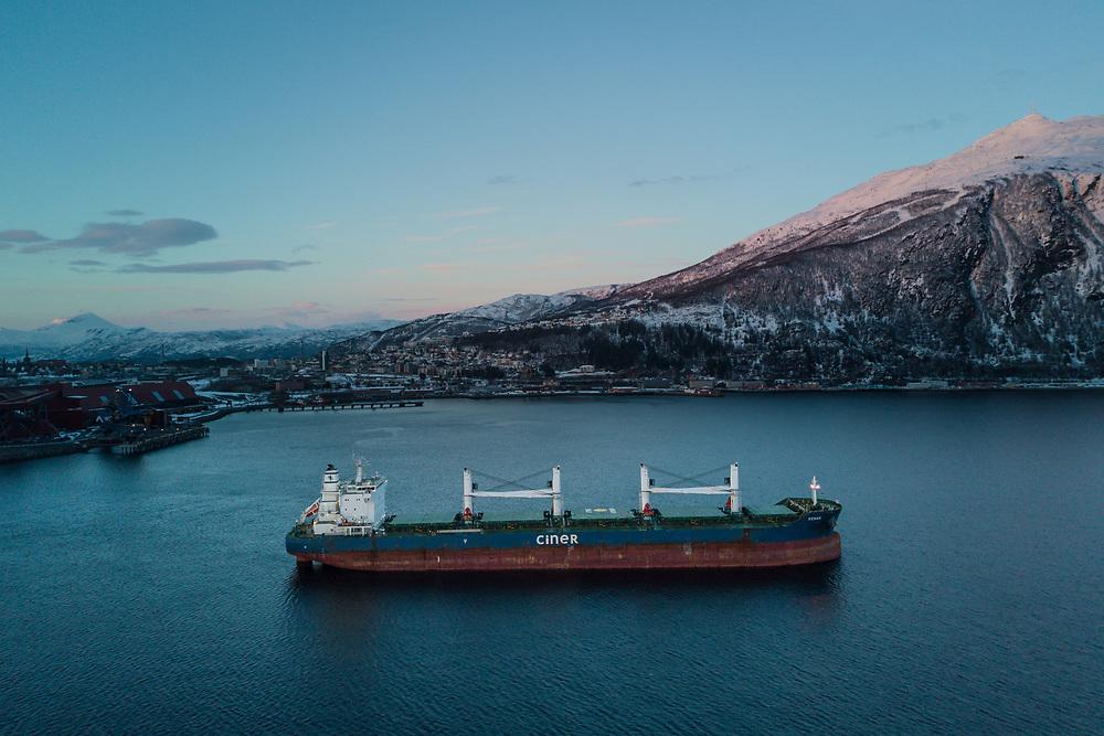 Malmbåten «Kenan» foran Narvik by, med Fagernesfjellet i bakgrunnen. Dronefoto.