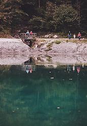 THEMENBILD - ein Pensionistenpaar und eine Familie am Rundwanderweg am Klammsee, aufgenommen am 22. September 2019 in Kaprun, Oesterreich // a couple of pensioners and a family on the round hiking trail at the Klammsee in Kaprun, Austria on 2019/09/22. EXPA Pictures © 2019, PhotoCredit: EXPA/ JFK