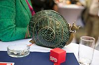 DEU, Deutschland, Germany, Berlin, 14.08.2013:<br />Frauenpolitischer Empfang der Berliner SPD im Zoo-Restaurant des Zoologischen Gartens. Eine extravagante Handtasche in Form einer Schnecke neben einem Würfel mit dem Logo der SPD.