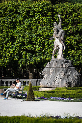 THEMENBILD - ein Tourist auf einer Bank im Schlossgarten und Statuen. Das Schloss Mirabell und seine Gärten zählen zu den Touristenzielen in der Stadt, aufgenommen am 09. Mai 2018 in Salzburg, Österreich // a tourist on a bench in the castle gardens with statues. The Mirabell palace with its gardens is a listed cultural heritage monument and part of the Historic Centre of the City, Salzburg, Austria on 2018/05/09. EXPA Pictures © 2018, PhotoCredit: EXPA/ JFK