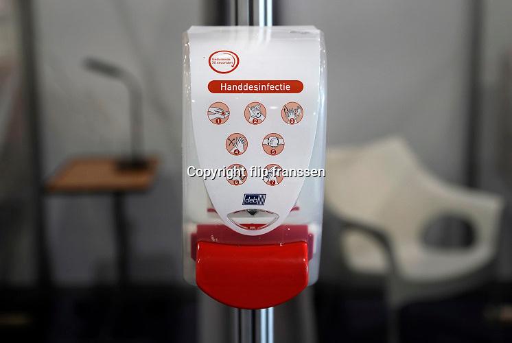 Nederland, Maastricht, 9-4-2020 Een dispenser met anti-bacteriele handgel op een ziekenhuisafdeling . In deze tijd van coronadreiging is er een wereldwijd tekort aan persoonlijke beschermingsmiddelen voor medisch personeel . Foto: Flip Franssen