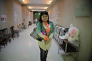 Onagawa - Elsa ABE - Centre de réfugiés Undôjô sôgô taikukan - Juin 2011<br /> Elsa ABE, ancienne résidente du site vivant aujourdhui dans les logements temporaires situés à l'extérieur des bâtiments, vient tous les jours rencontrer ces amis qui vivent toujours dans les salles de sport. La promiscuité prolongée a créé de  fort lien sociaux. Elle indique qu'au début, chacun dormait contre son voisin. La place manquait et le déplacement entre les couchages était quasi impossible.