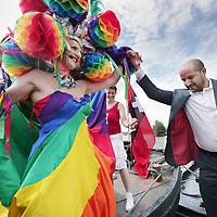 Nederland, Amsterdam , 1 augustus 2009..Moslims op de barricade voor homo's..Kami-Kazi en Rachid Larouz treden op tijdens de openingsceremonie van de Gay Pride en Slotervaartjongens voetballen tegen homo's..Marcouch roept op: Oook hetero's en moslims moeten homo's helpen..Het gaat om de menswaardigheid..op 29 juli is in sportpark Sloten een voetbalwedstrijd tussen homo's en slotervaartjongens. Na de wedstrijd is er een halal babecue en een optreden van homo mannenkoor Manoeuvre..Op 1 augustus (zie foto) start de botenparade in slotervaart met een openingsceremonie..Cabaretier Rachid Larouz maakt sketches over het homobeleid en Kami-Kazi rapt over het homoverdriet in Nieuw West..Op de foto stappen wethouder Caroline Gehrels Burgemeester Job Cohen en Slotervaart wethouder Ahmed Marcouch aan boord van de de gay Parade boot na de ceremoniale opening. in Slotervaart op weg naar het centrum van Amsterdam..Foto:Jean-Pierre Jans