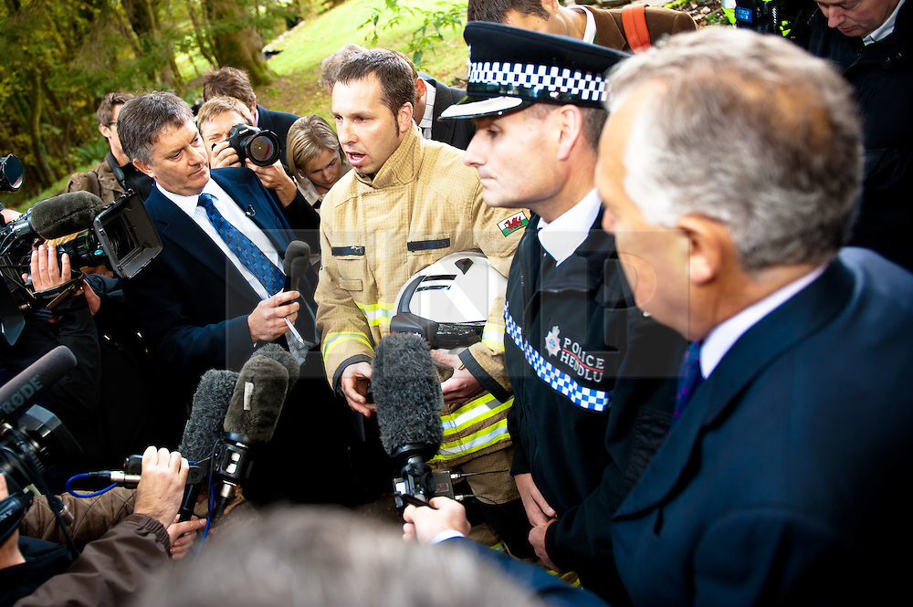© licensed to London News Pictures  16/09/2011 .  Pontardawe,UK. ..Picture: Chris Margetts,  Superintendent Phill Davies and Peter Hain break the sad news of the death of one of the miners..News of a miner found dead at the mine is broken  as an operation continues to rescue  miners trapped in a mine in the Swansea Valley. Photo credit :Aled Llywelyn/LNP