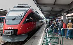 14.10.2015, Bahnhof, Freilassing,GER, Flüchtlingskrise in der EU, im Bild Flüchtlinge warten neben einen Zug der Österreichischen Bundesbahnen auf dem Bahnsteig, in einer Schlange auf einen Sonderzug // Refugees wait next to a Train of the Austrian Railways in a line on the platform for a special train, Railway Station, Freilassing, Germany on 2015/10/14. EXPA Pictures © 2015, PhotoCredit: EXPA/ JFK