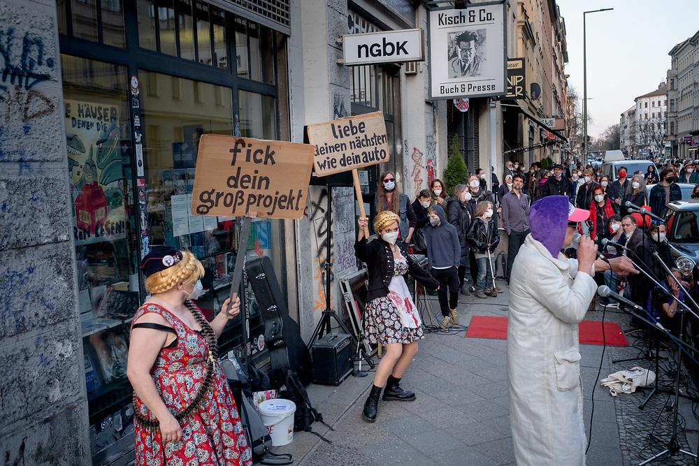 Proteste gegen Verdrängung des Buchladens Kisch & Co in der Oranienburger Straße 25 in Berlin Kreuzberg, zwei Tage vor dem Gerichtstermin im Räumungsprozess. Der Mietvertrag des Buchladens ist Ende Mai 2020 ausgelaufen. Laut Aussagen der Mieter haben die Vermieter dem Buchladen ein Angebot gemacht, den Mietvertrag bis Ende des Jahres zu verlängern, wenn die Mieter sich verpflichten, dann die Räume zu verlassen und sich in verschiedenen Medien positiv über den Vermieter zu äußern. Anderen Gewerbemietern des Hauses wurden Mietsteigerungen von 13 € auf 38 €/qm angekündigt. Vor dem Laden treten bei der Kundgebung Pastor Leumund und die Jodel-Offensive auf. Berlin, Deutschland, 20.04.2021.<br /> <br /> [© Christian Mang - Veroeffentlichung nur gg. Honorar (zzgl. MwSt.), Urhebervermerk und Beleg. Nur für redaktionelle Nutzung - Publication only with licence fee payment, copyright notice and voucher copy. For editorial use only - No model release. No property release. Kontakt: mail@christianmang.com.]