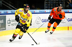 27.02.2020, Merkur Eisstadion, Graz, AUT, EBEL, Moser Medical Graz 99ers vs Vienna Capitals, Zwischenrunde, 9. Qualifikationsrunde, im Bild Ali Wukovits (Vienna Capitals) und Daniel Oberkofler (Moser Medical Graz 99ers) // Ali Wukovits (Vienna Capitals) and Daniel Oberkofler (Moser Medical Graz 99ers) during the Erste Bank Eishockey League Intermediate round, 9th qualifying round match between Moser Medical Graz 99ers and Vienna Capitals at the Merkur Eisstadion in Graz, Austria on 2020/02/27. EXPA Pictures © 2020, PhotoCredit: EXPA/ Erwin Scheriau