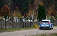 Zabludow, 01.11.2020. Decyzja rzadu zostaly zamkniete - w zwiazku z gwaltownym wzorstem zakazen COVID-19 - na trzy dni wszystkie cmentarze w kraju N/z zamkniety cmentarz w podbialostockim Zabludowie, byl pilnowany przez policję, ktora na widok fotoreportera szybko odjechala fot Michal Kosc / AGENCJA WSCHOD