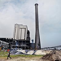 Nederland, Amsterdam , 5 september 2014.<br /> De Centrale Hemweg is een elektriciteitscentrale in de Nederlandse stad Amsterdam. Het huidige complex bestaat uit twee eenheden, een nieuwe gasgestookte centrale Hemweg 9 en een kolengestookte (Hemweg 8), die samen een netto elektrisch vermogen van ongeveer 1065 MWe (megawatt elektrisch vermogen) kunnen leveren.<br /> Op de foto: Op 1 januari 2013 is de Hemweg 7 na 34 jaar dienst gesloten. Deze centrale zal gedeeltelijk gesloopt worden en alleen de gasturbine zal in gebruik blijven voor piek momenten in de elektriciteitsvraag.[3]<br /> Foto:Jean-Pierre Jans