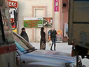 Passanten warten auf einem Stadtbus an einer Bushaltestelle im Zentrum von Jakutsk. Jakutsk hat 236.000 Einwohner (2005) und ist Hauptstadt der Teilrepublik Sacha (auch Jakutien genannt) im Foederationskreis Russisch-Fernost und liegt am Fluss Lena. Jakutsk ist im Winter eine der kaeltesten Grossstaedte weltweit mit durchschnittlichen Winter Temperaturen von -40.9 Grad Celsius. Die Stadt ist nicht weit entfernt von Oimjakon, dem Kaeltepol der bewohnten Gebiete der Erde.<br /> <br /> People are waiting for a public bus in the centre of Yakutsk. Yakutsk is a city in the Russian Far East, located about 4 degrees (450 km) below the Arctic Circle. It is the capital of the Sakha (Jakutia) Republic (formerly the Yakut Autonomous Soviet Socialist Republic), Russia and a major port on the Lena River. Yakutsk is one of the coldest cities on earth, with winter temperatures averaging -40.9 degrees Celsius.