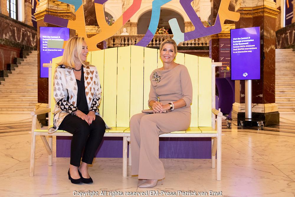 Koningin Maxima en prinses Mabel tijdens de Conferentie voor Mental Health and Psychosocial Support in het Koninklijk Instituut voor de Tropen. <br /> <br /> Queen Maxima and Princess Mabel during the Conference for Mental Health and Psychosocial Support at the Royal Tropical Institute.<br /> <br /> Op de foto / On the photo:  Koningin Maxima en Minister Sigrid Kaag / Queen Maxima and minister Sigrid Kaag