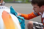 De kap van de VeloX3 wordt gepoetst voor een betere aerodynamica. Op de RDW baan bij Lelystad test het Human Powered Team Delft en Amsterdam de nieuwe recordfiets , de VeloX3. Met de speciale ligfiets wil het team dat bestaat uit studenten van de TU Delft en de VU Amsterdam het wereldrecord fietsen verbreken. Dat staat nu op 133 km/h.<br /> <br /> Cleaning of the body of the VeloX3 to improve the aerodynamics. At the RDW test track near Lelystad the Human Powered Team Delft and Amsterdam test the new record bike, the VeloX3. With the special recumbent bike the team, consisting of students of the TU Delft and the VU Amsterdam, wants to set a new world record cycling. The current speed record is 133 km/h.