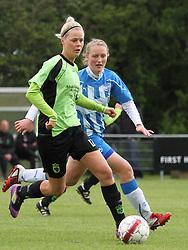 FODBOLD: Julie Tavlo Petersson (Taastrup FC) presses af Victoria Black (OB) under kampen i 3F Ligaen mellem Taastrup FC og OB den 12. maj 2012 i Taastrup Idrætspark. Foto: Claus Birch
