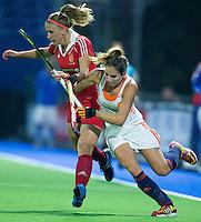 BOOM -  Eva de Goede in duel met de Engelse Susie Gilbert tijdens de halve finale van het EK hockey tussen de vrouwen van Nederland en Engeland. ANP KOEN SUYK