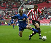 Fotball<br /> England<br /> 2004/2005<br /> 16.10.2004<br /> Foto: SBI/Digitalsport<br /> NORWAY ONLY<br /> <br /> Sunderland v Millwall<br /> Coca-Cola Championship<br /> <br /> Millwall's Dave Livermore (L) looks to tackle Sunderland's Chris Brown (R).