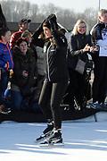 DE HOLLANDSE100 by LYMPH & CO op FlevOnice te Biddinghuizen. Een duatlon bestaande uit twee onderdelen: schaatsen en fietsen. Het evenement wordt georganiseerd om geld op te halen voor Lymph&Co dat zich inzet tegen lymfklierkanker.<br /> <br /> Op de foto: Rosanna Kluivert
