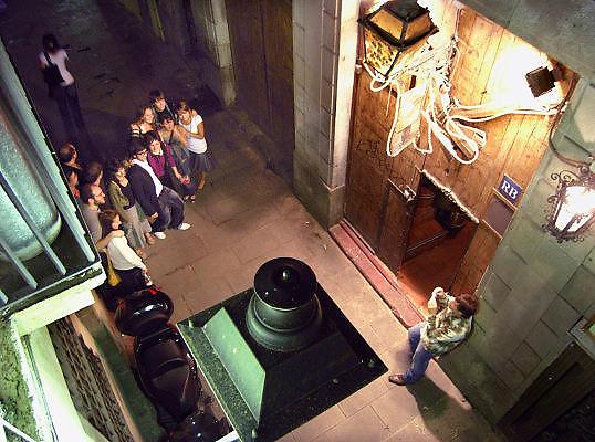Spanje, Barcelona, 27-5-2007..een groepje bezoekers van een restaurant laat na afloop van het etentje een foto maken op straat in de wijk El Born...Foto: Flip Franssen