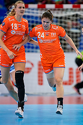 13-12-2019 JAP: Semi Final Netherlands - Russia, Kumamoto<br /> The Netherlands beat Russia in the semifinals 33-22 and qualify for the final on Sunday in Park Dome at 24th IHF Women's Handball World Championship / Martine Smeets #24 of Netherlands, Kelly Dulfer #18 of Netherlands