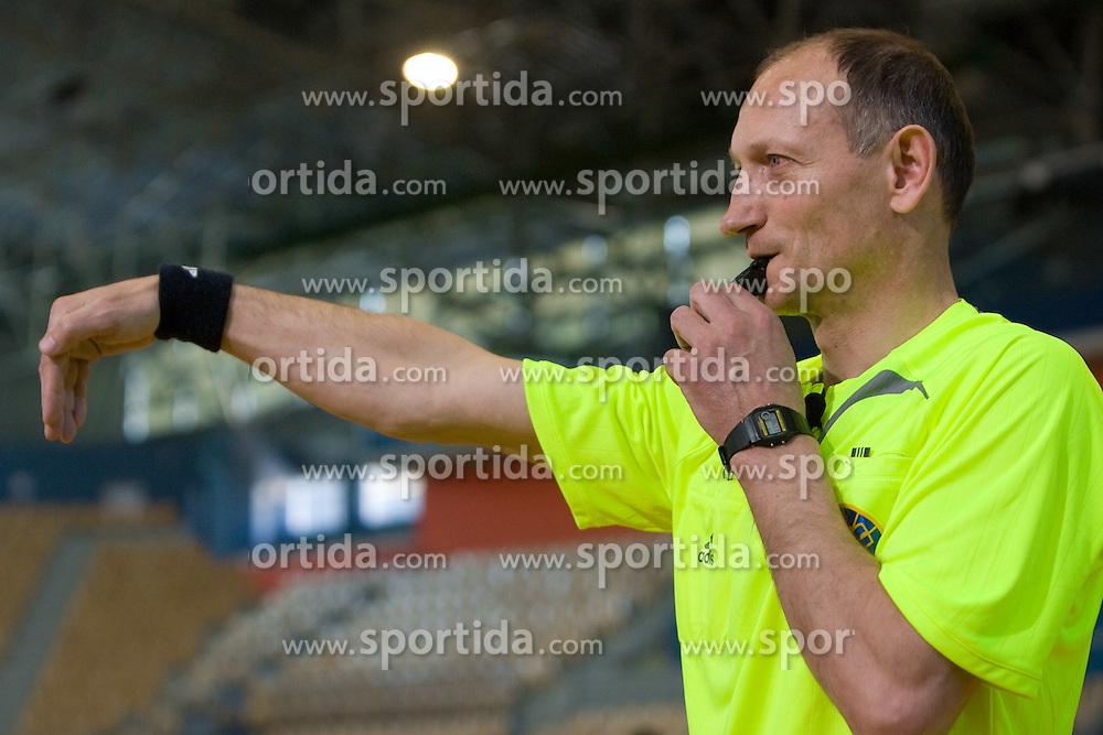 """Rokometni sodnik Janko Pozeznik prikazuje sodniski znak """"vratarjev met"""", 10. aprila 2009, v dvorani Zlatorog, Celje, Slovenija. (Photo by Vid Ponikvar / Sportida)"""