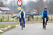 Bij Bunnik rijden twee mannen op een racefiets.<br /> <br /> Near Bunnik two men ride on their road bike.