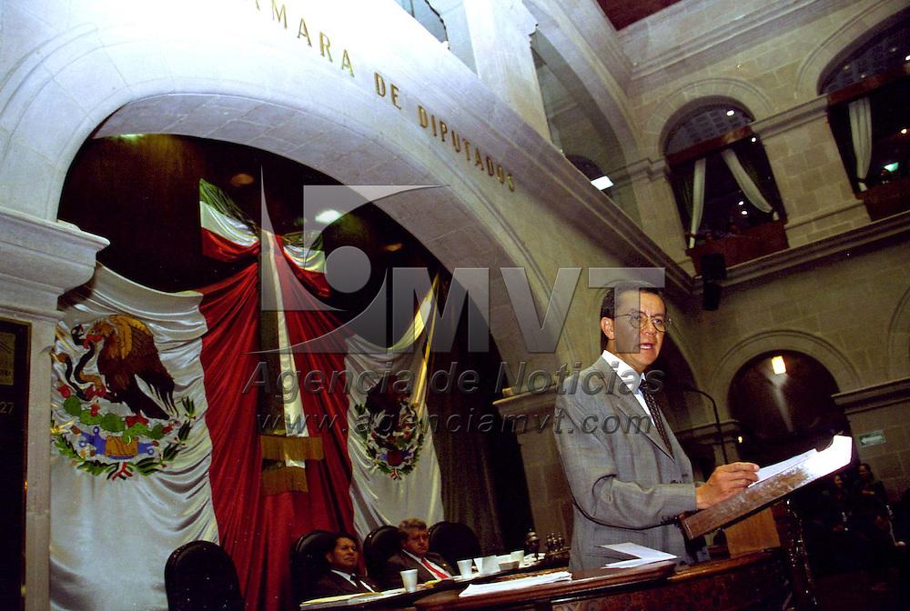 Toluca, Méx .- Fernando Portilla Sánchez, director general del DIF estatal, comparecio la madrugada de hoy ante el pleno de la Legislatura local, durante la Golsa al primer informe de Gobierno. Agencia MVT / Arturo Rosales Chávez